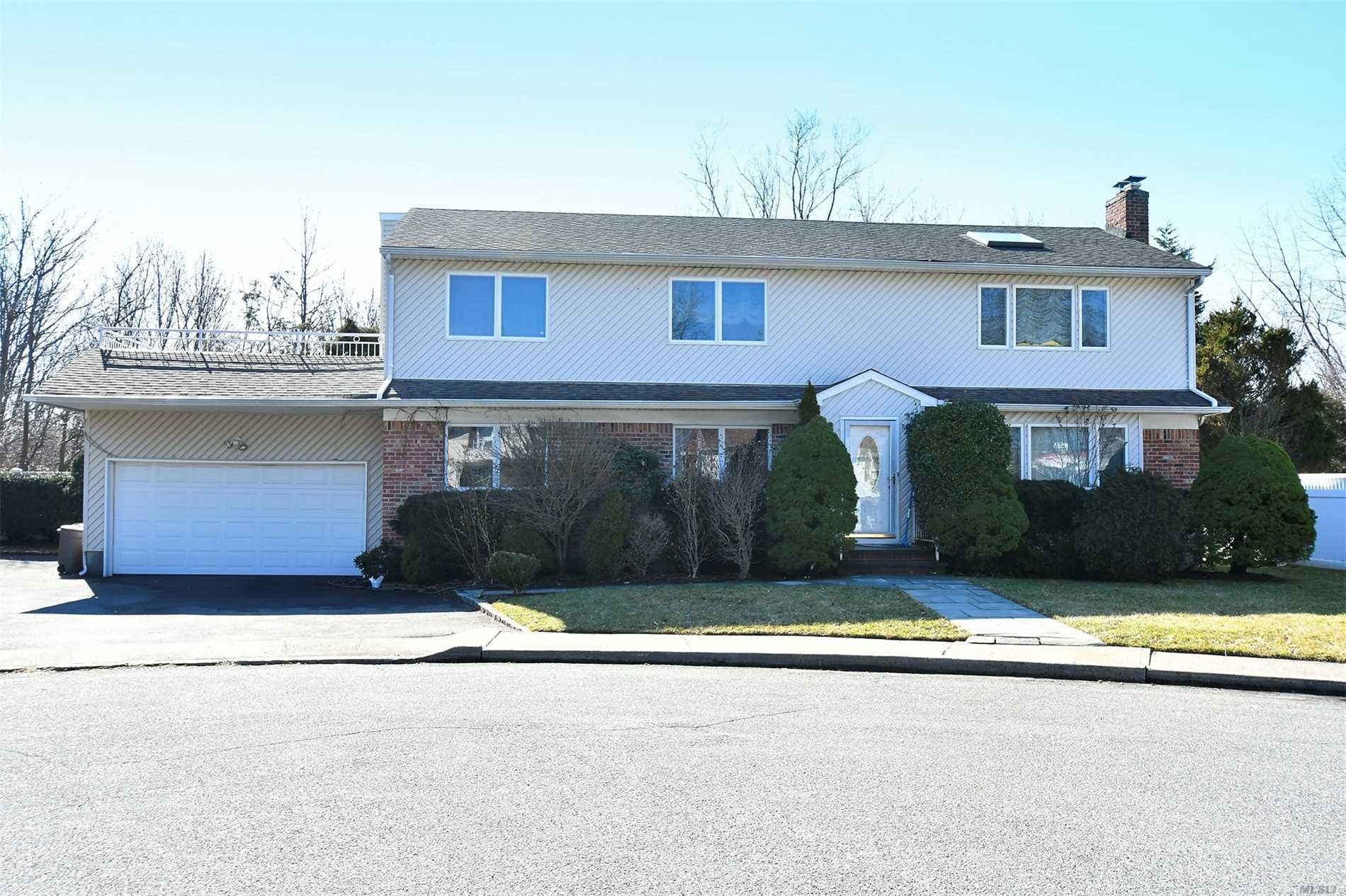 Photo of home for sale at 15 Maxwell Ct, Plainview NY
