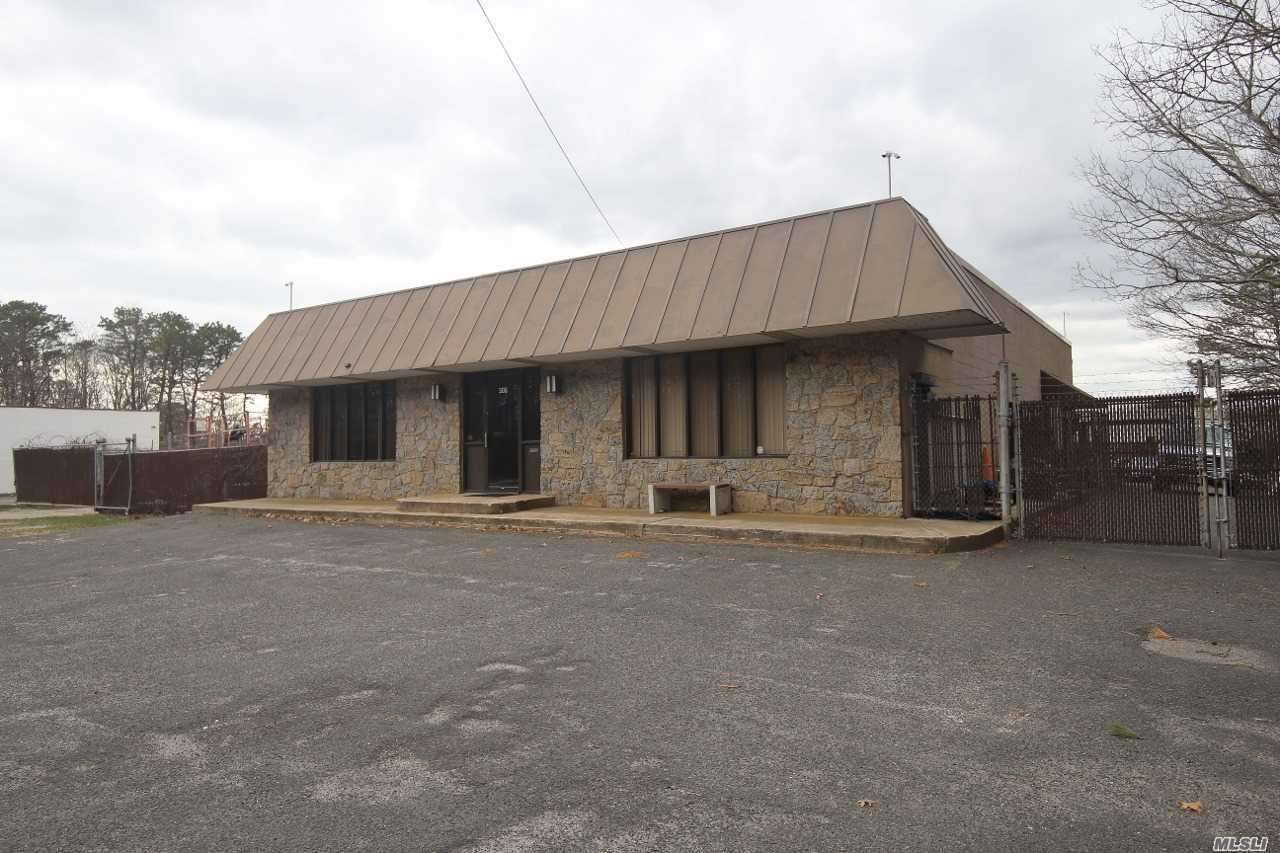 Photo of home for sale at 306 Mastic Rd, Mastic Beach NY