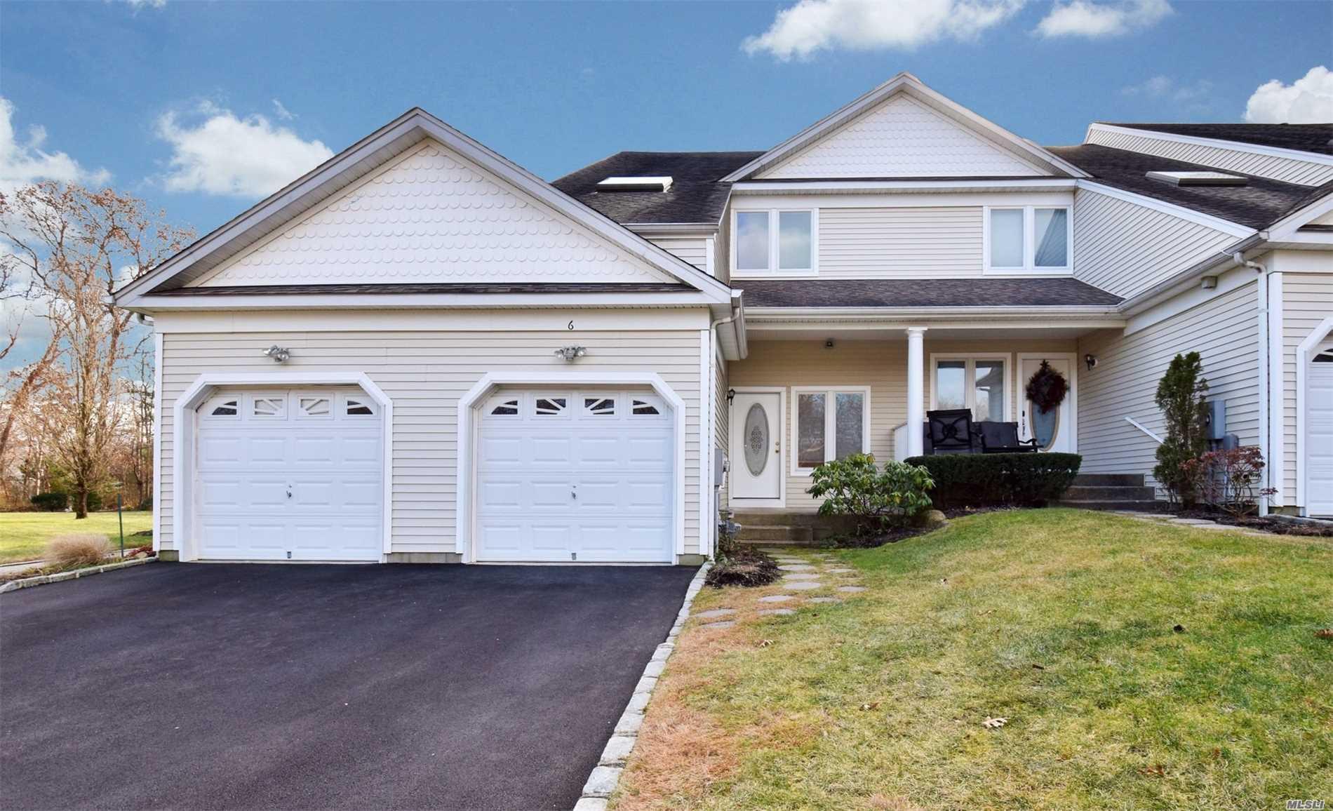 Photo of home for sale at 6 Lindbergh Cir, Huntington NY