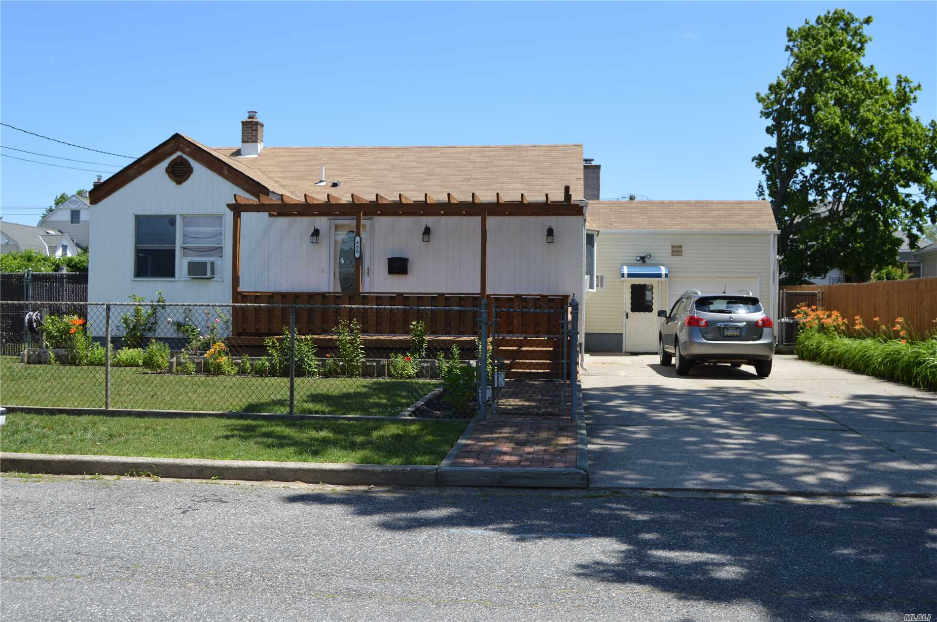 Photo of home for sale at 480 4th St S, Lindenhurst NY