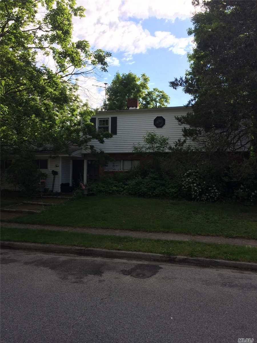 Photo of home for sale at 2 Beacon Ln, Hicksville NY