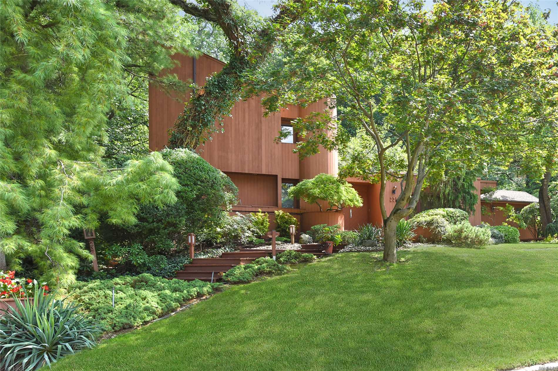 Photo of home for sale at 235 Chestnut Dr, East Hills NY
