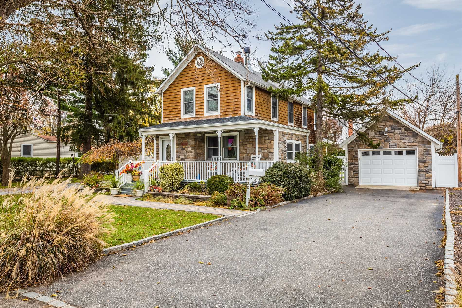 Photo of home for sale at 528 5th St, East Northport NY