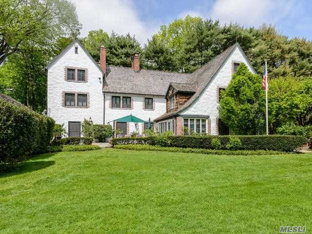Photo of home for sale at 2 Chestnut Ct, Muttontown NY