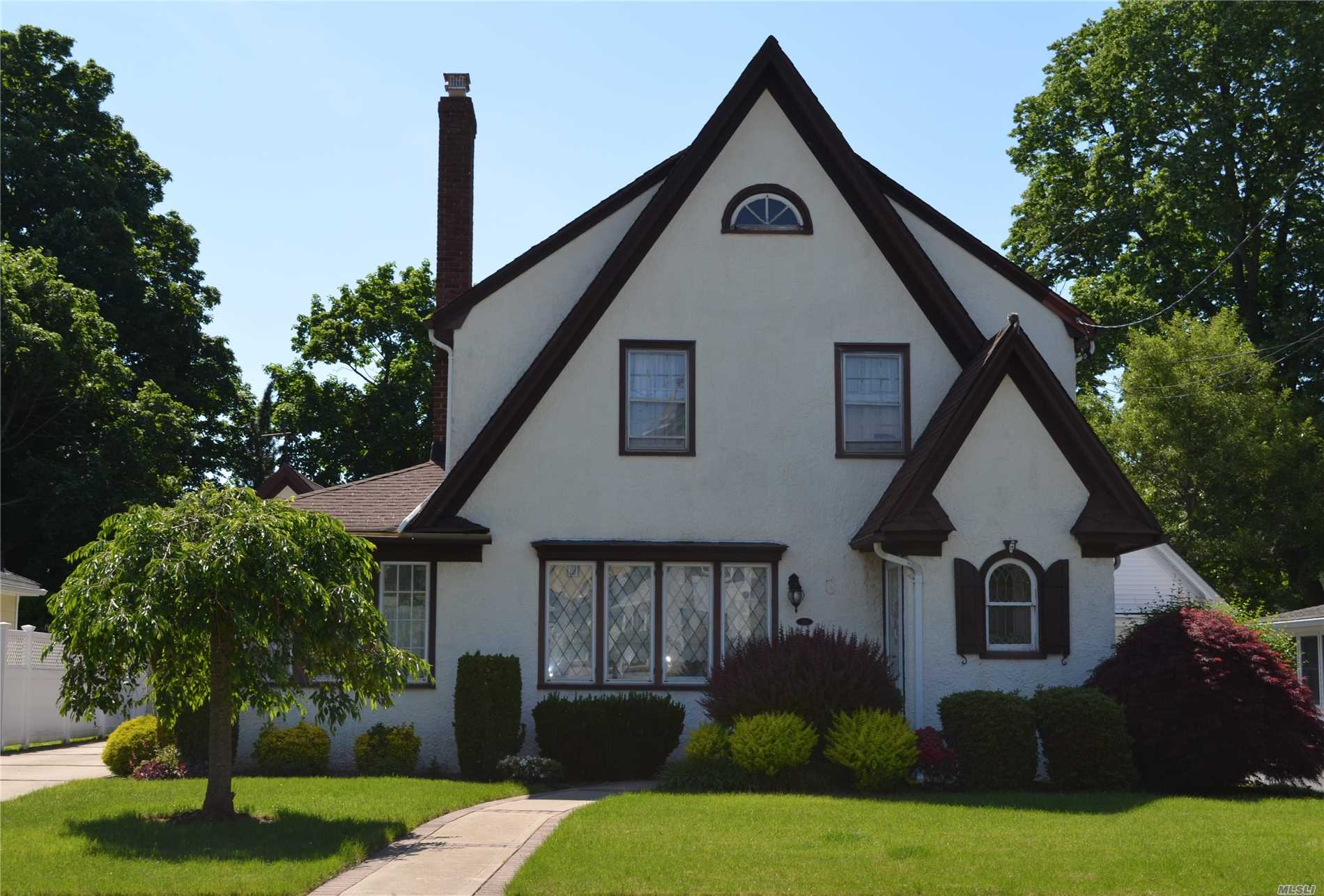 Photo of home for sale at 169 Buckingham Rd, West Hempstead NY
