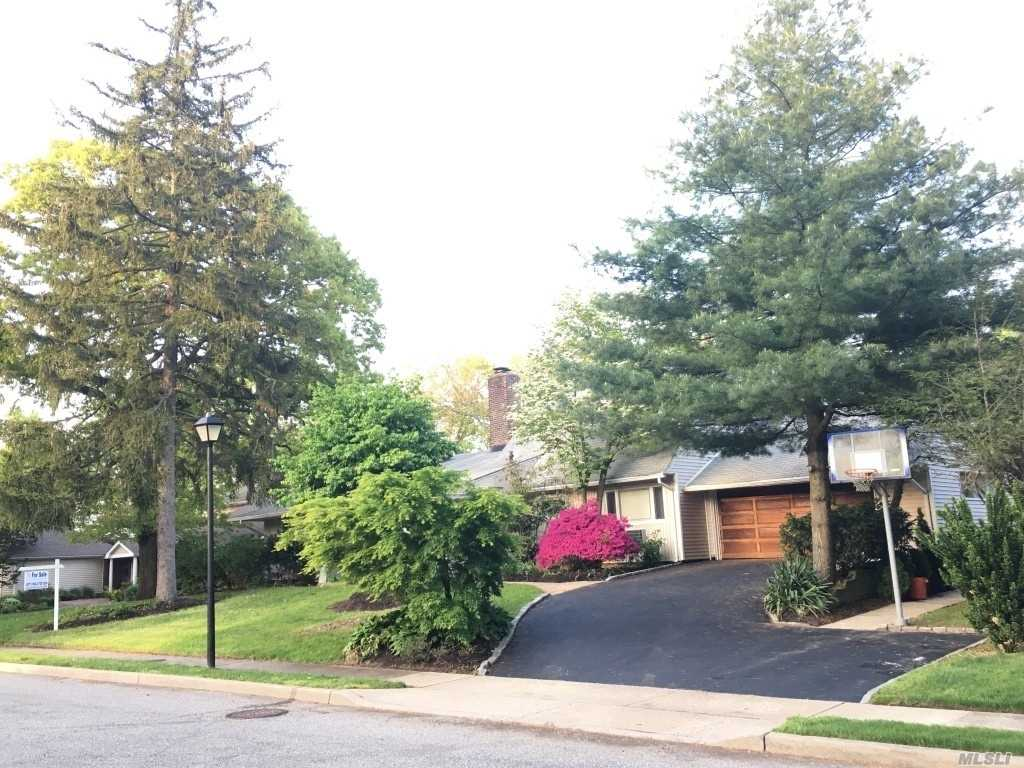 Photo of home for sale at 137 Parkway Dr, Roslyn Heights NY