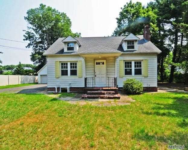 Photo of home for sale at 165 Southern Blvd, Nesconset NY