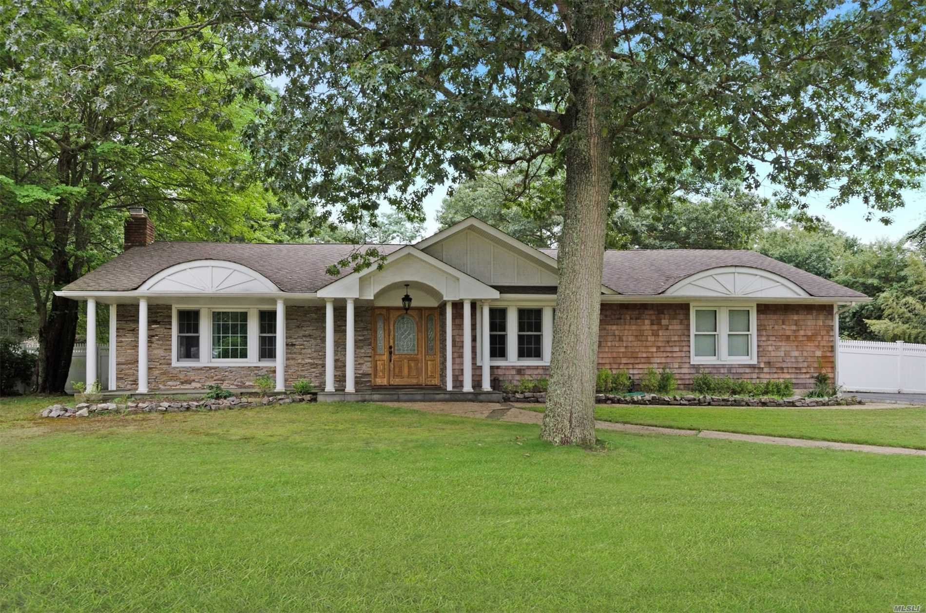 Photo of home for sale at 44 Country View Ln, East Islip NY