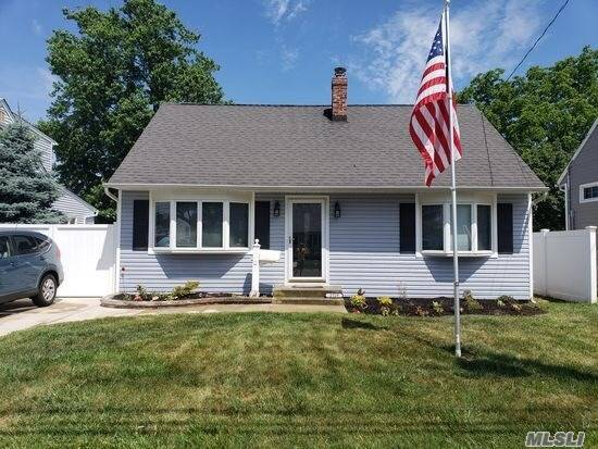 Photo of home for sale at 2529 Woodland Ave, Wantagh NY