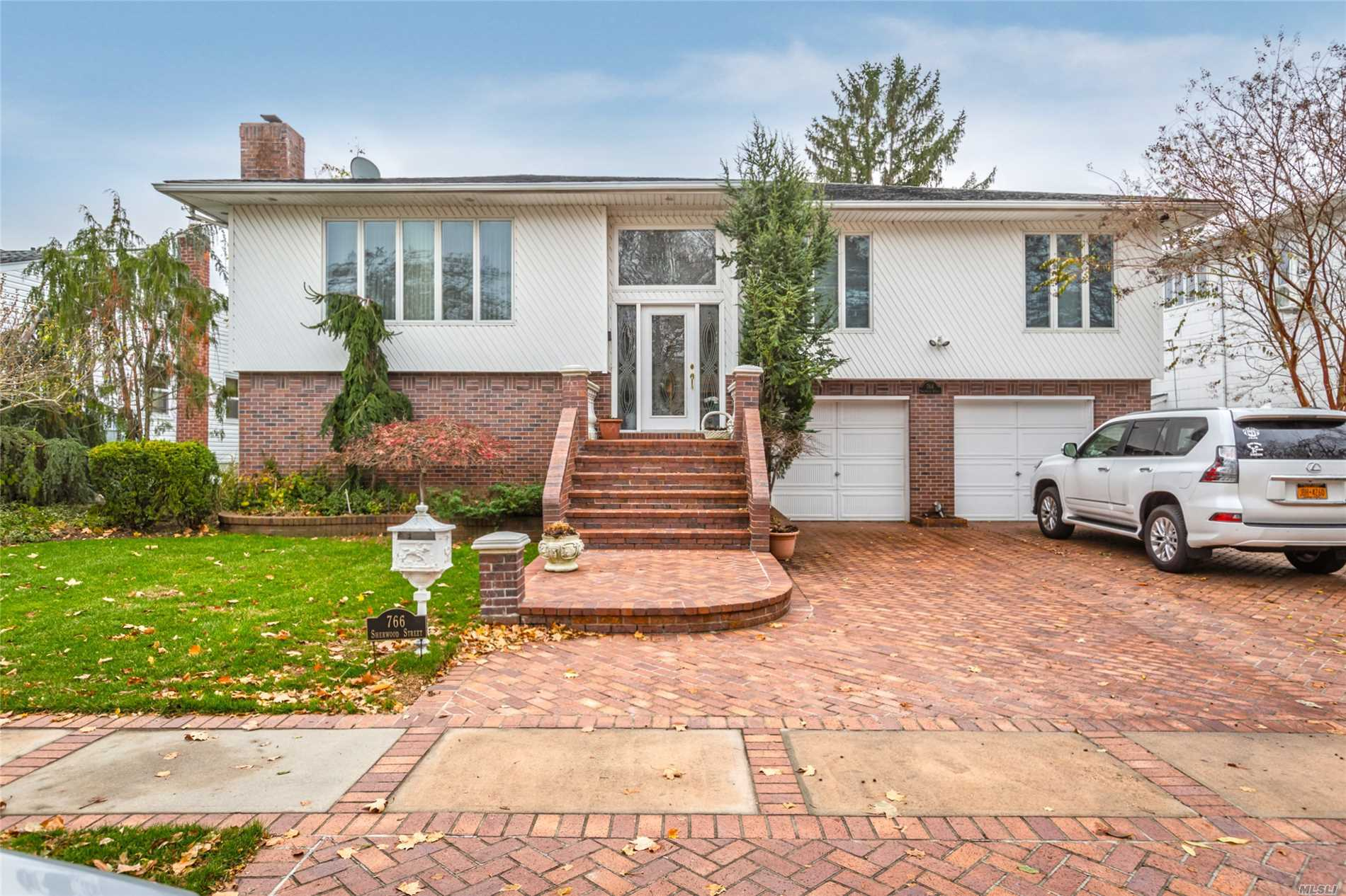 Photo of home for sale at 766 Sherwood St, North Woodmere NY