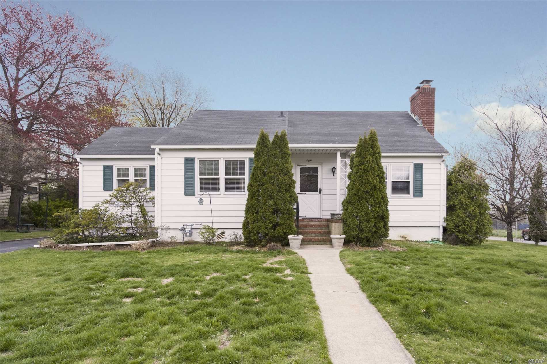 Photo of home for sale at 8 Rockwood Ave, Port Washington NY