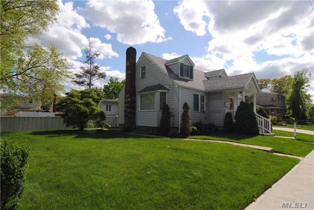 Photo of home for sale at 66 Chicago Ave, Massapequa NY