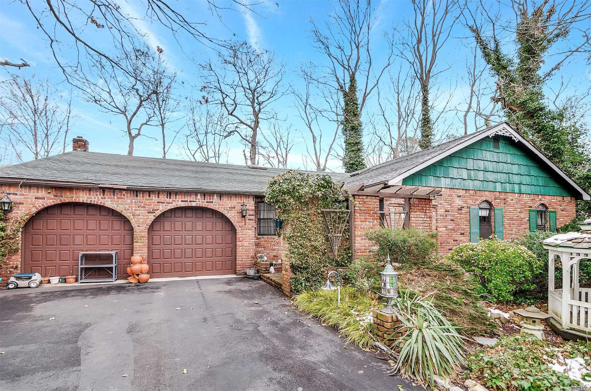 Photo of home for sale at 5 Enfield Ln, Hauppauge NY