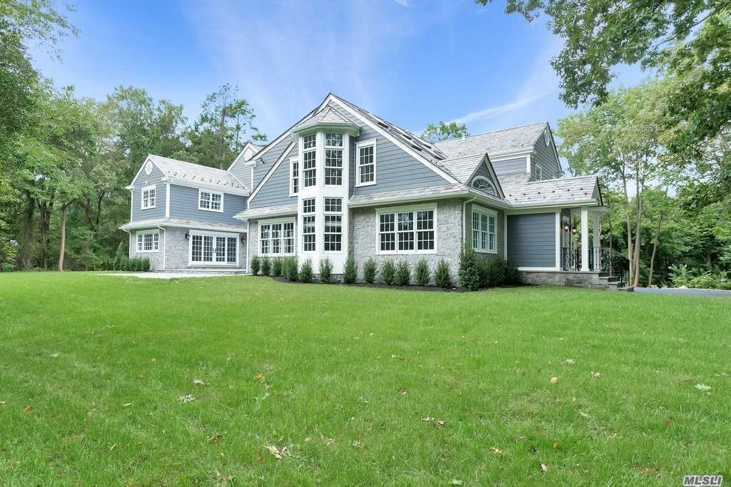Photo of home for sale at 7 Bonnie Heights Rd, Manhasset NY