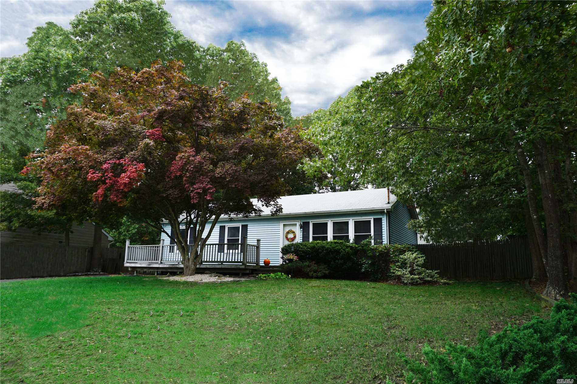 Photo of home for sale at 7 Linden Ave, Holtsville NY