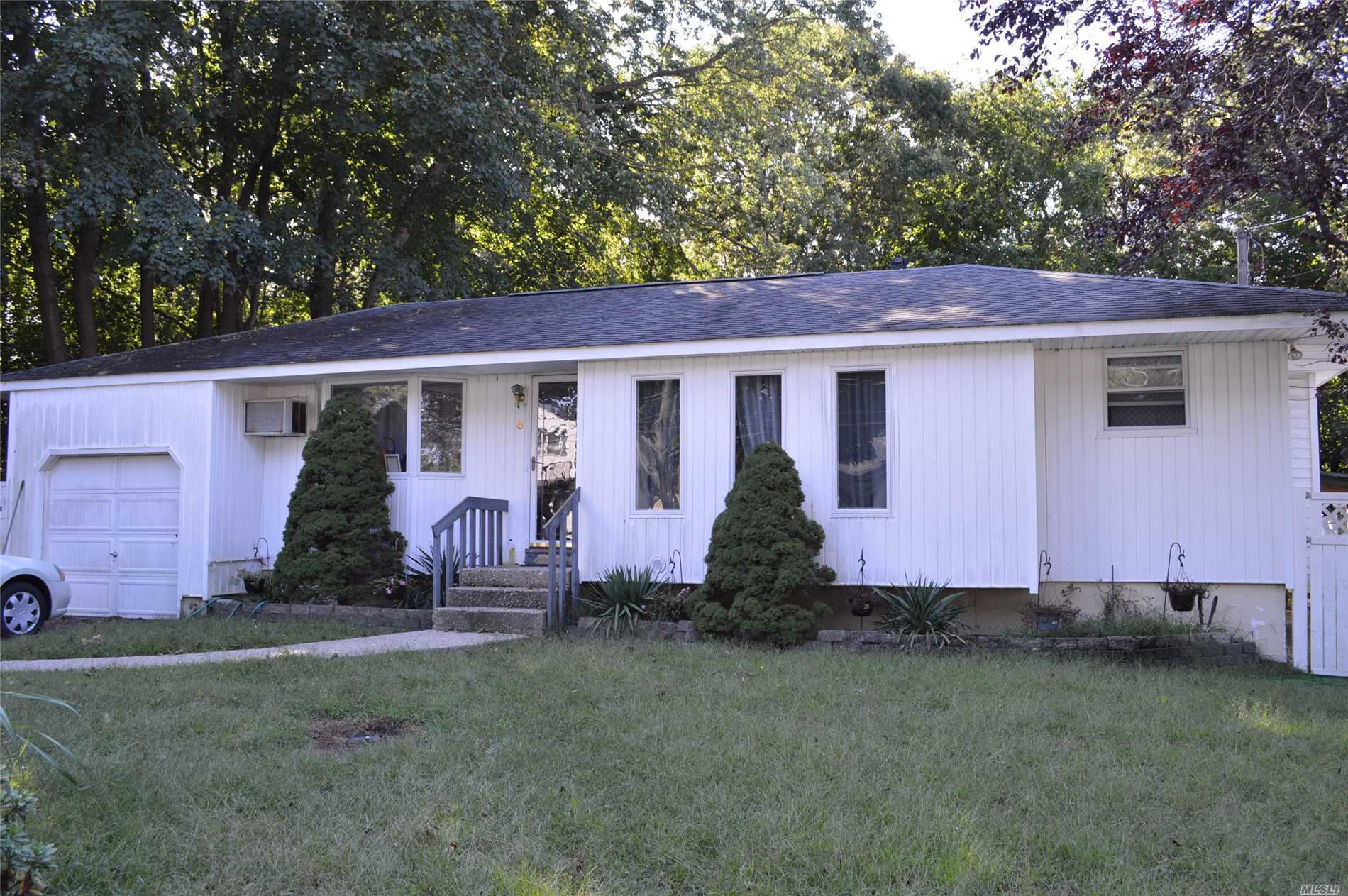 Photo of home for sale at 6 Larry Rd, Selden NY