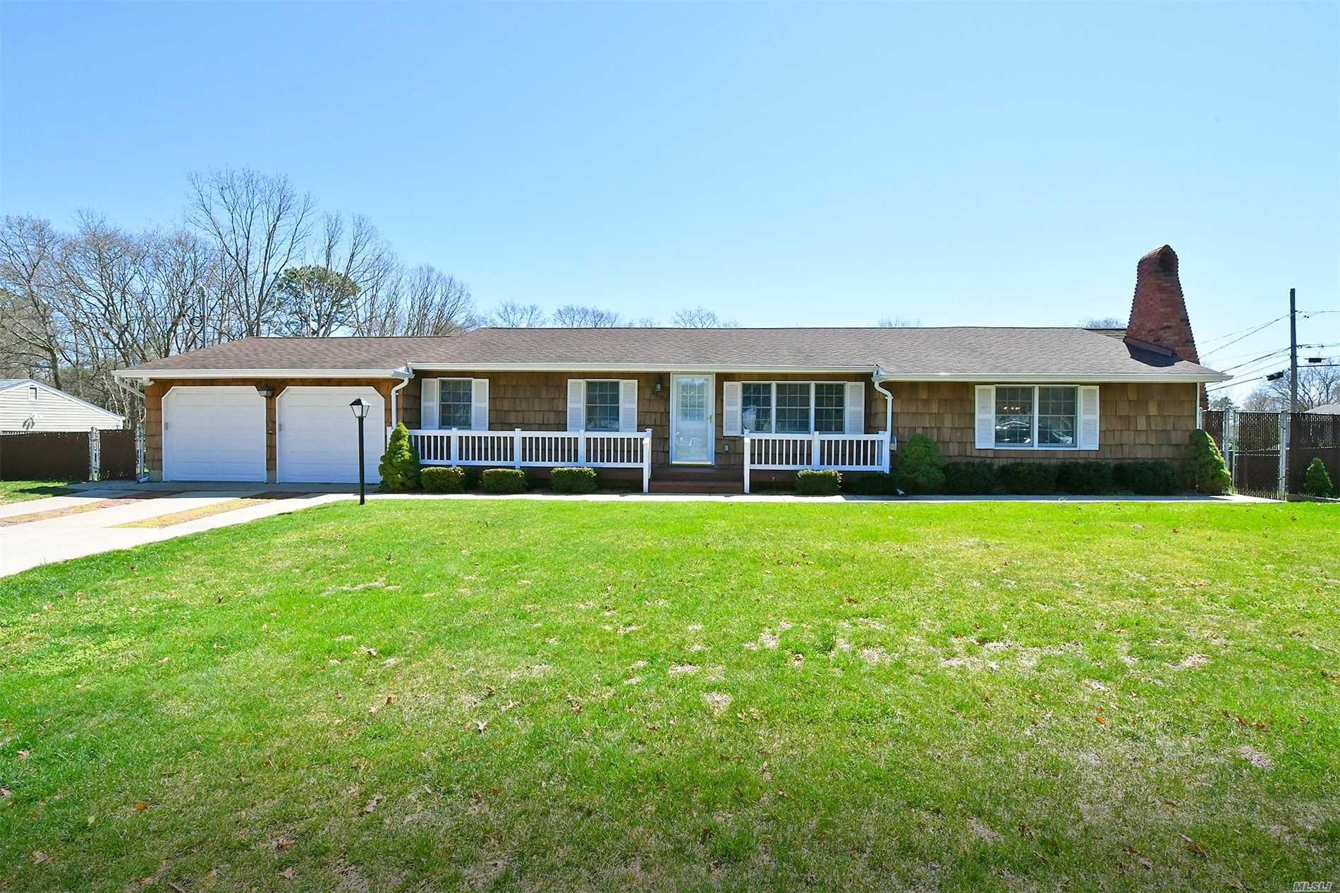 Photo of home for sale at 350 Southport St, Ronkonkoma NY