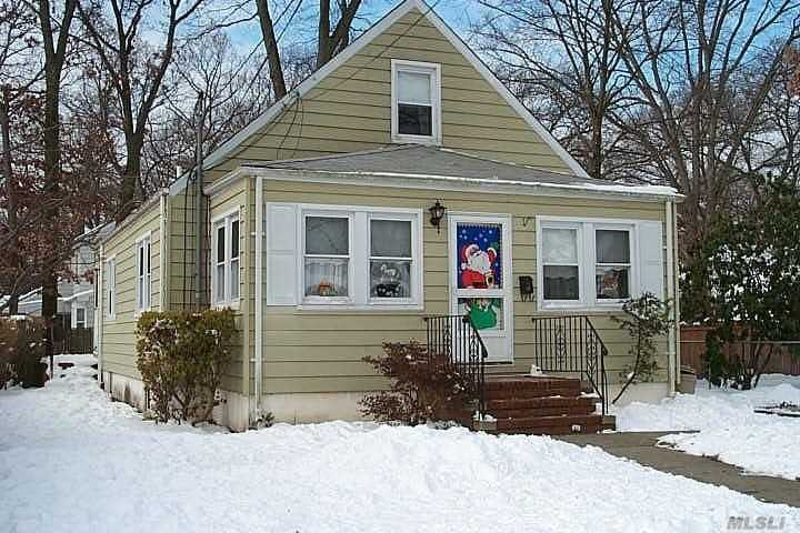 Photo of home for sale at 13 Court St, Merrick NY