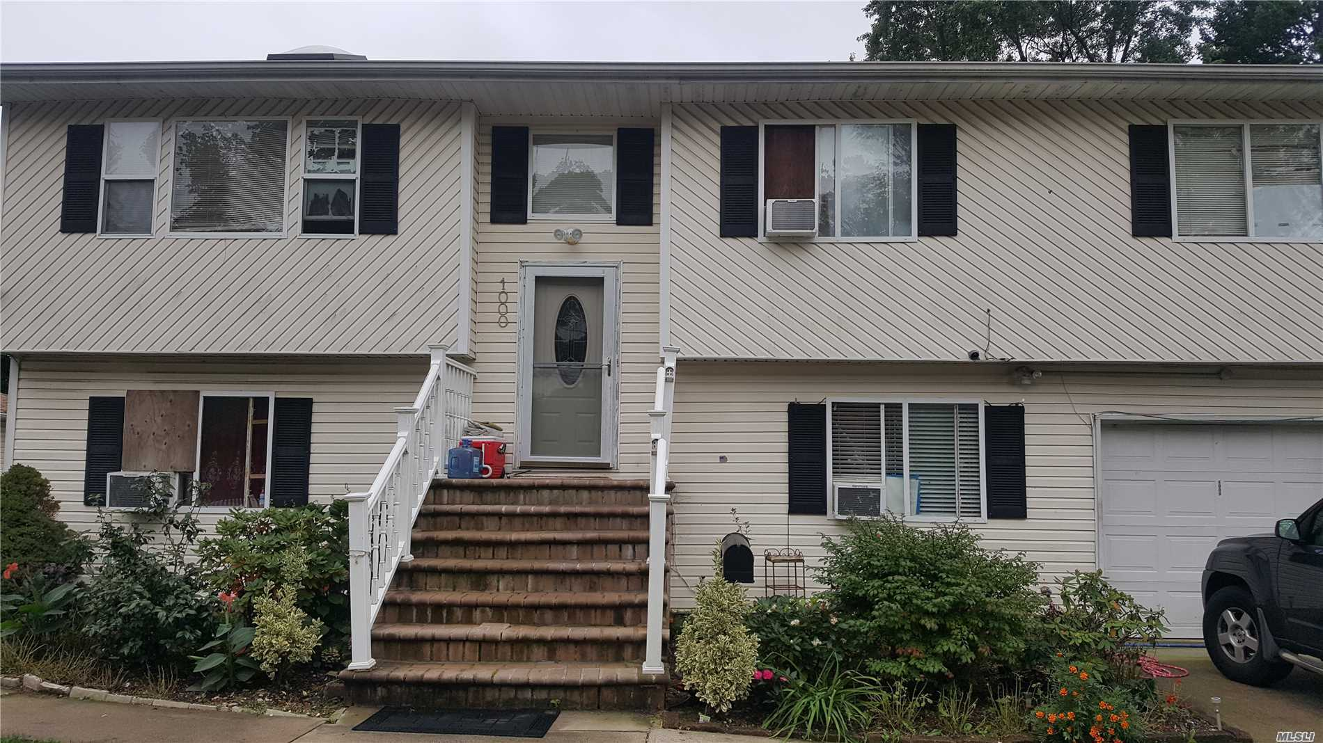 Photo of home for sale at 1000 Park Ave, Westbury NY