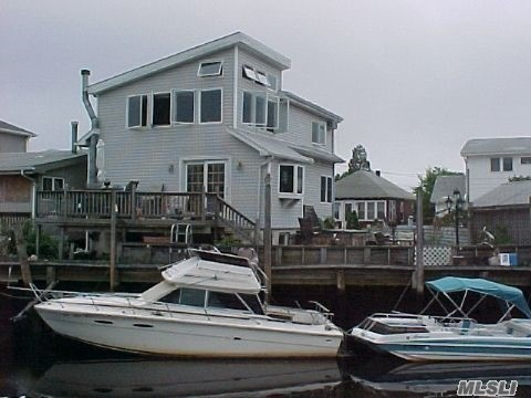 Photo of home for sale at 635 Lincoln St, Baldwin NY