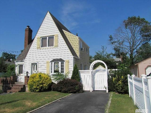 Photo of home for sale at 2636 Loftus Ave, Oceanside NY