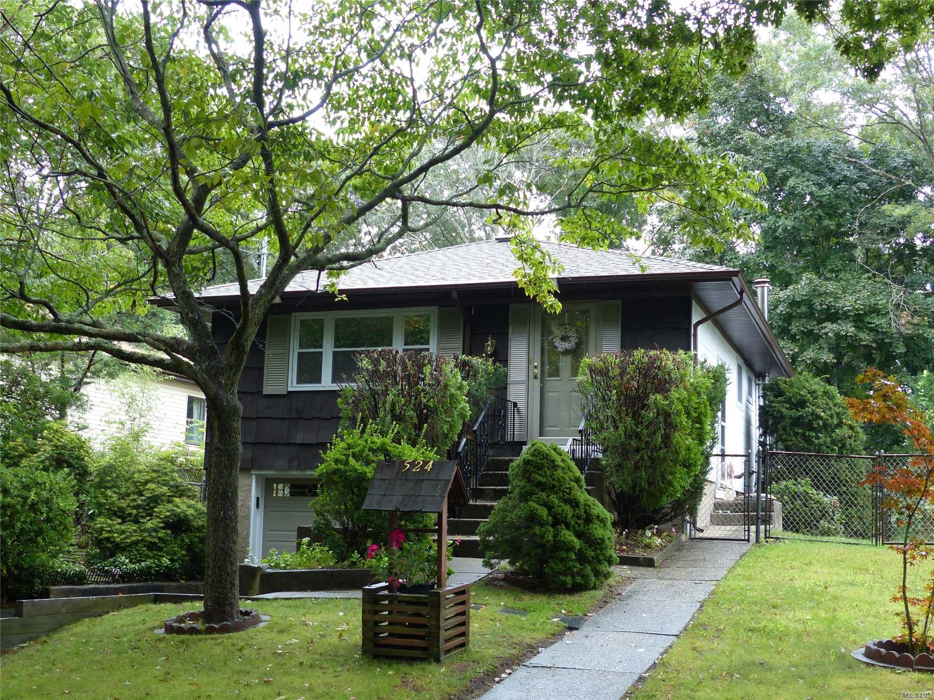 Photo of home for sale at 524 Birch Hollow Dr, Shirley NY