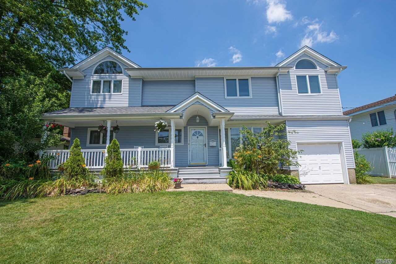 Photo of home for sale at 39 Cabot Rd, Massapequa NY