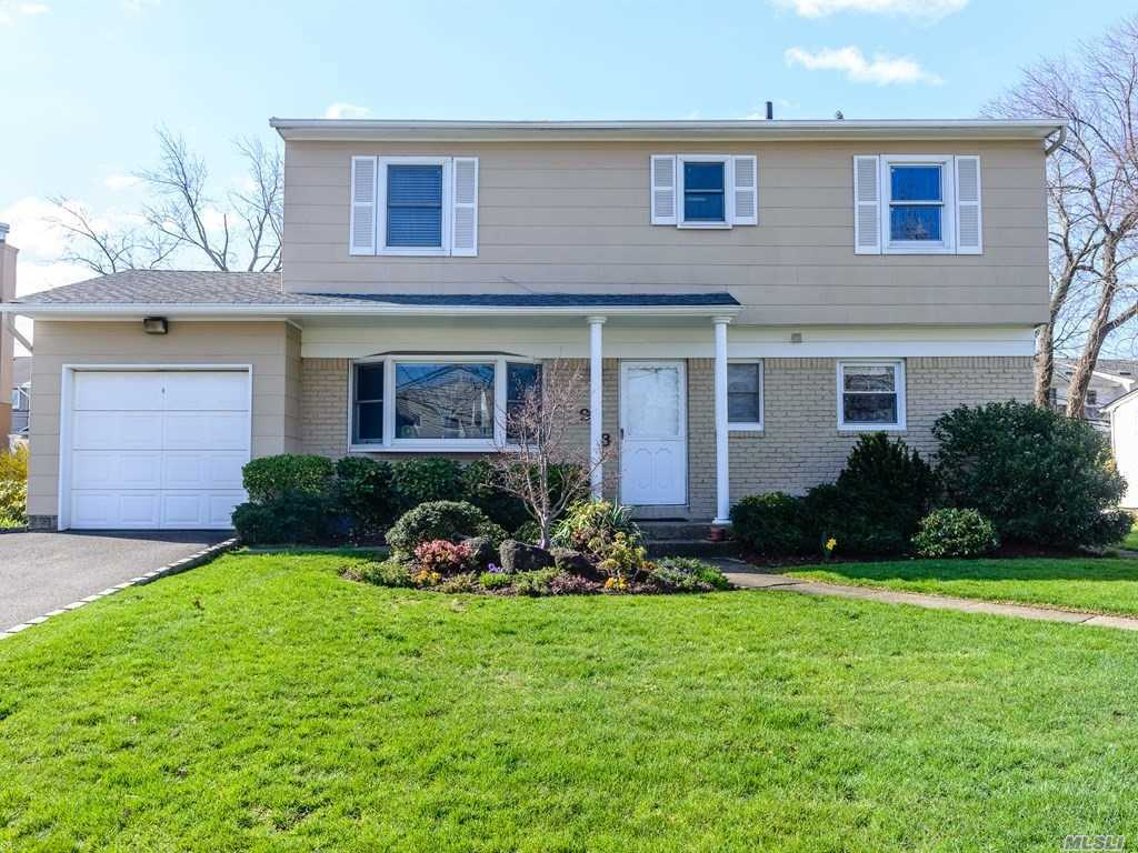 Photo of home for sale at 973 Cedarhurst St, North Woodmere NY
