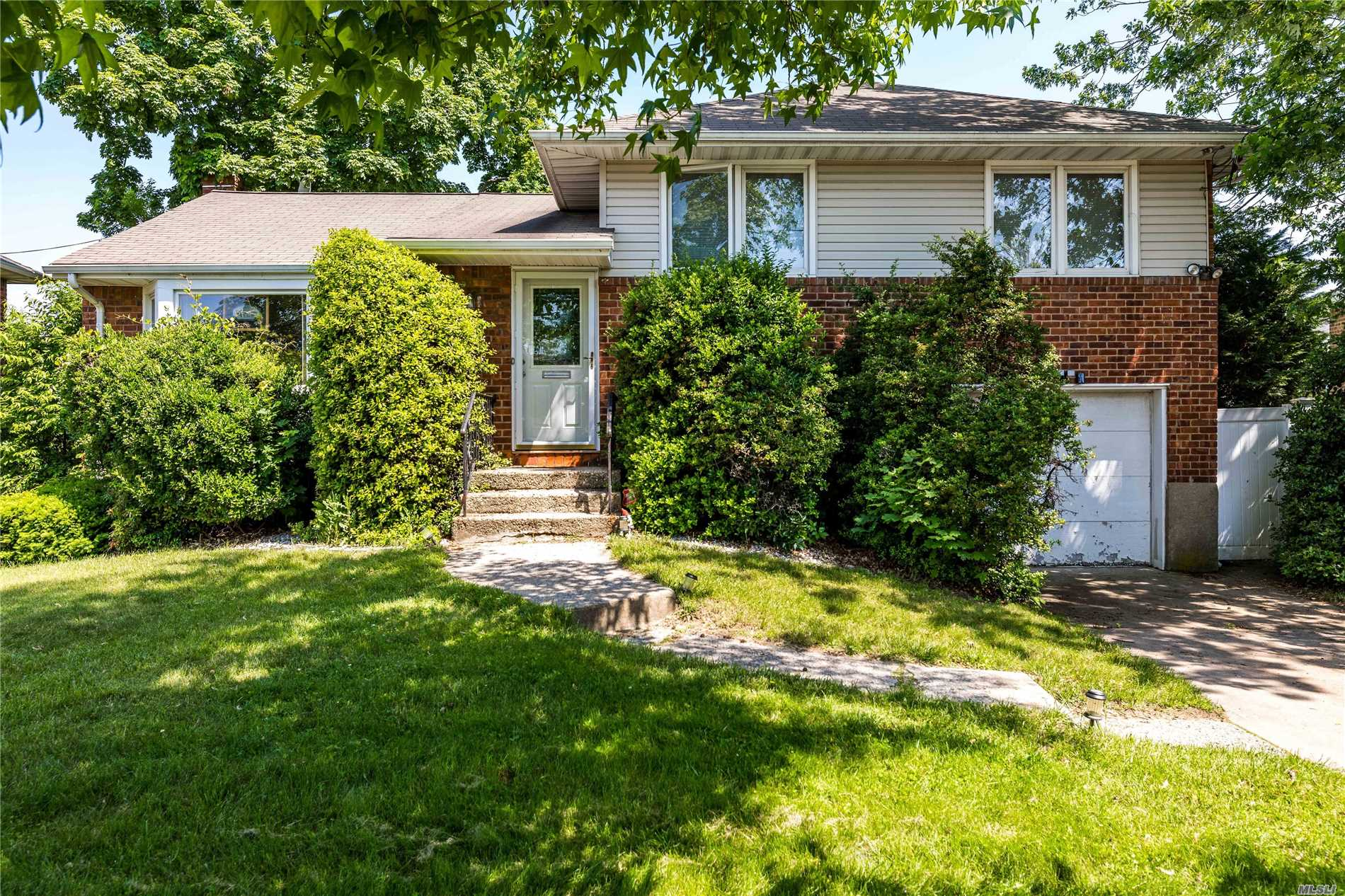 Photo of home for sale at 2499 Howard Rd, North Bellmore NY