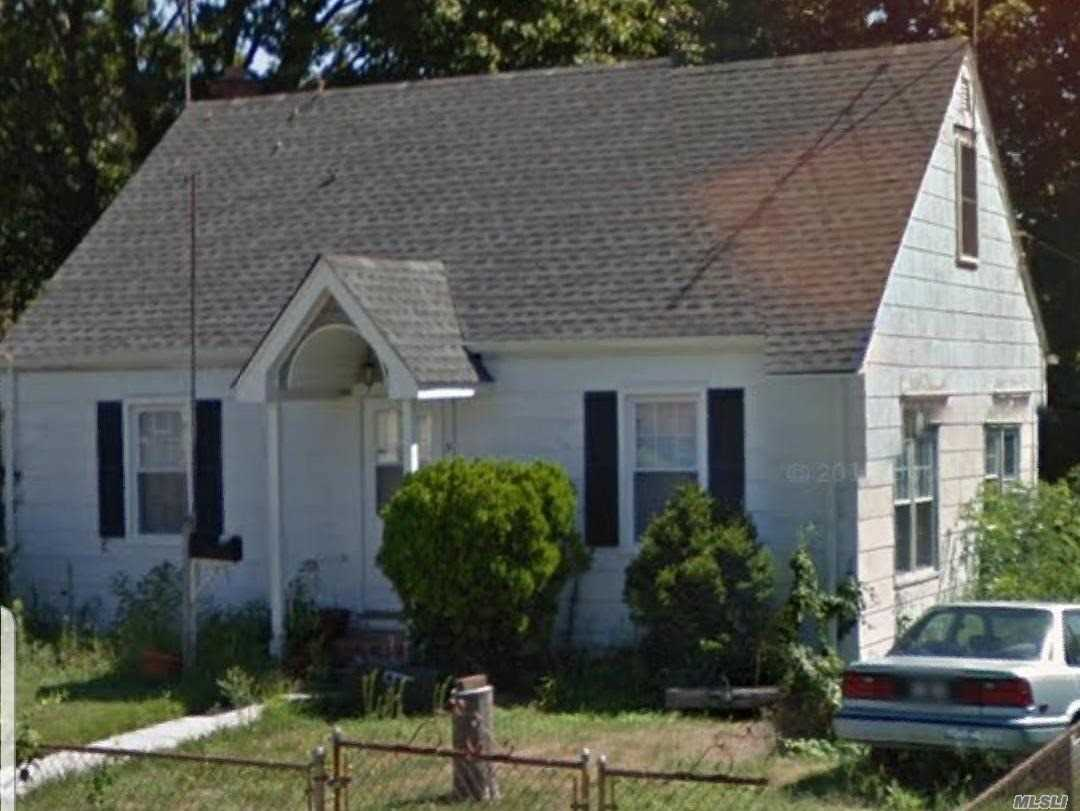 Photo of home for sale at 9 Totten St, Bethpage NY
