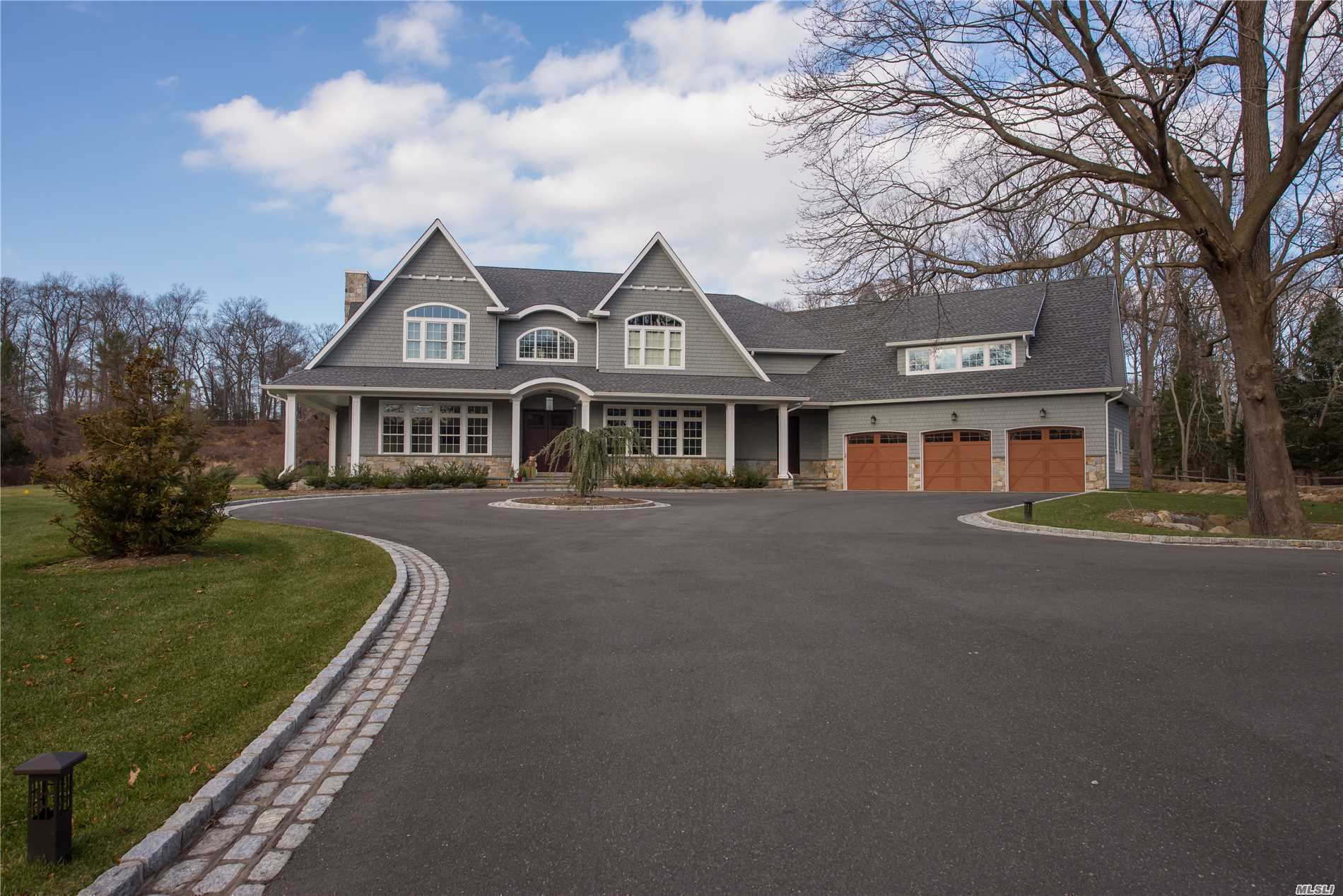 Photo of home for sale at 7 Hadley Dr, Smithtown NY