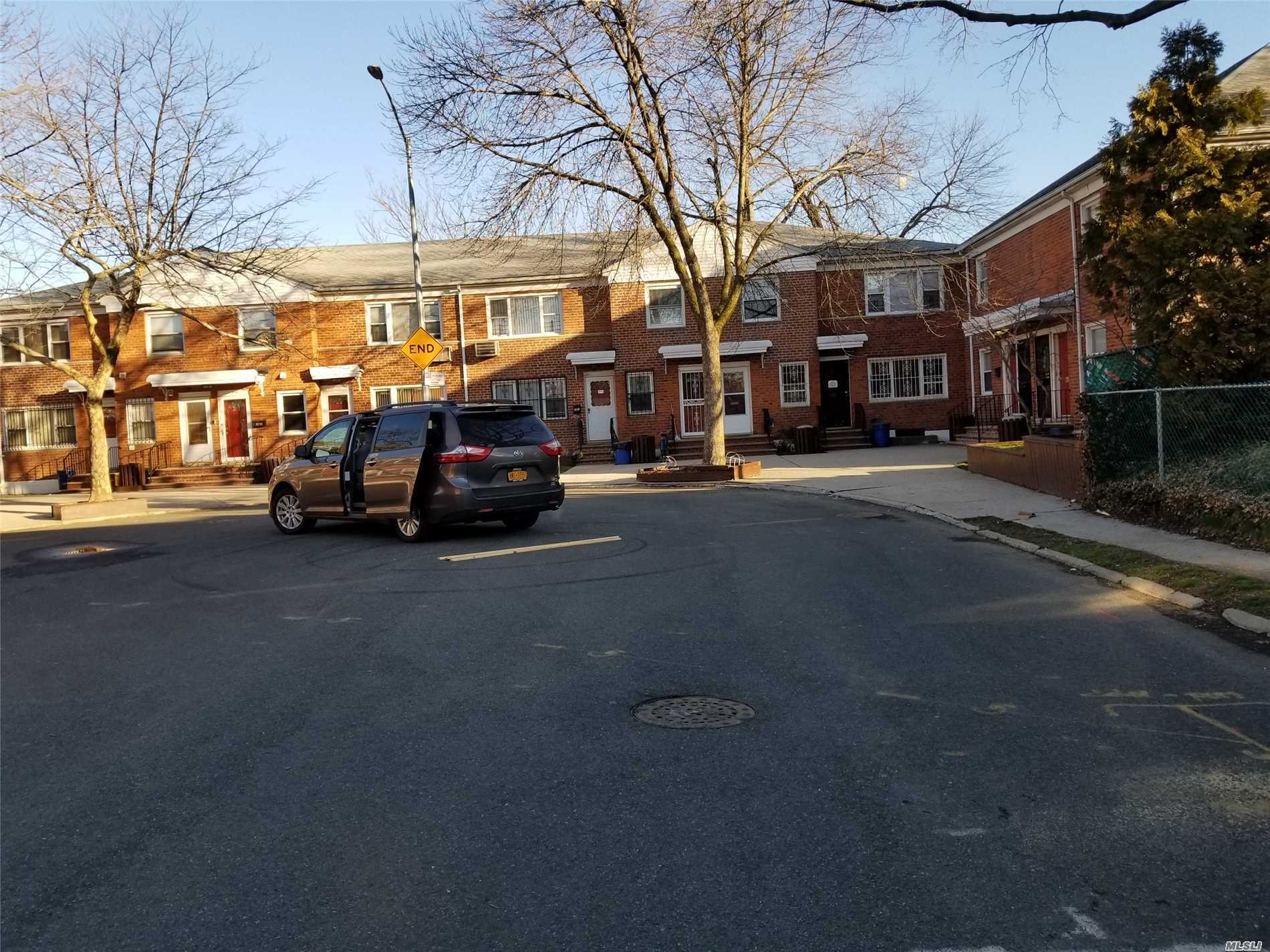 Photo of home for sale at 68-11 140, Flushing NY