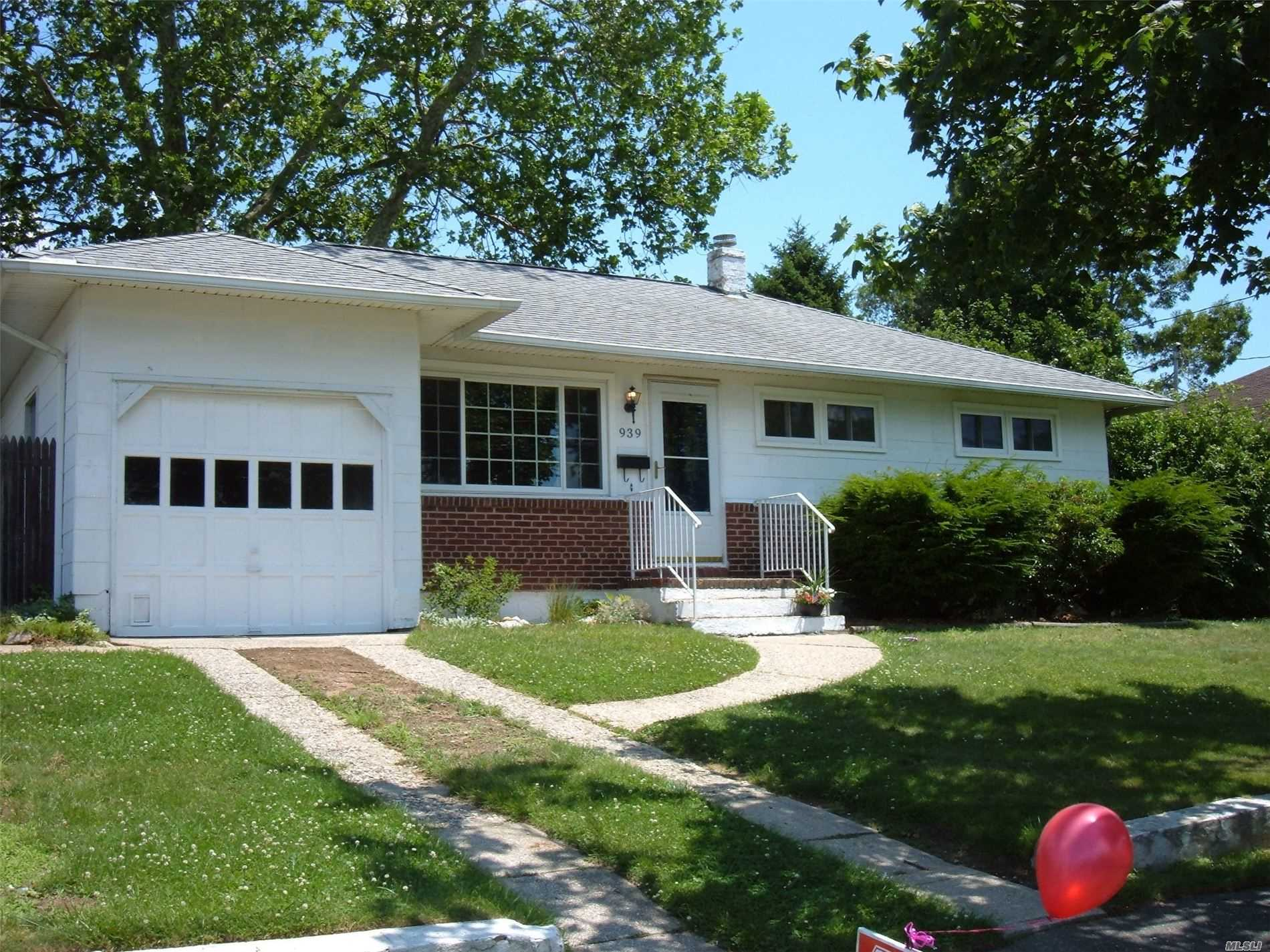 Photo of home for sale at 939 Broome Ave N, Lindenhurst NY