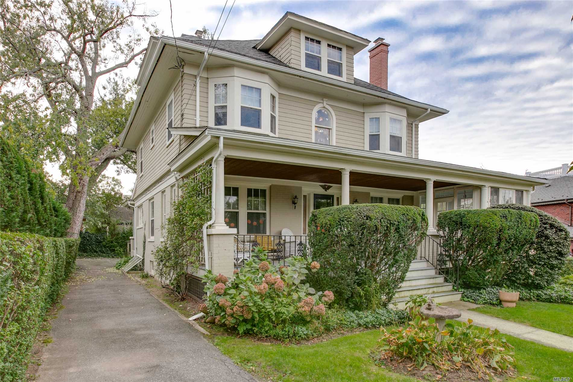 Photo of home for sale at 4 Kenmore Rd, Douglaston NY