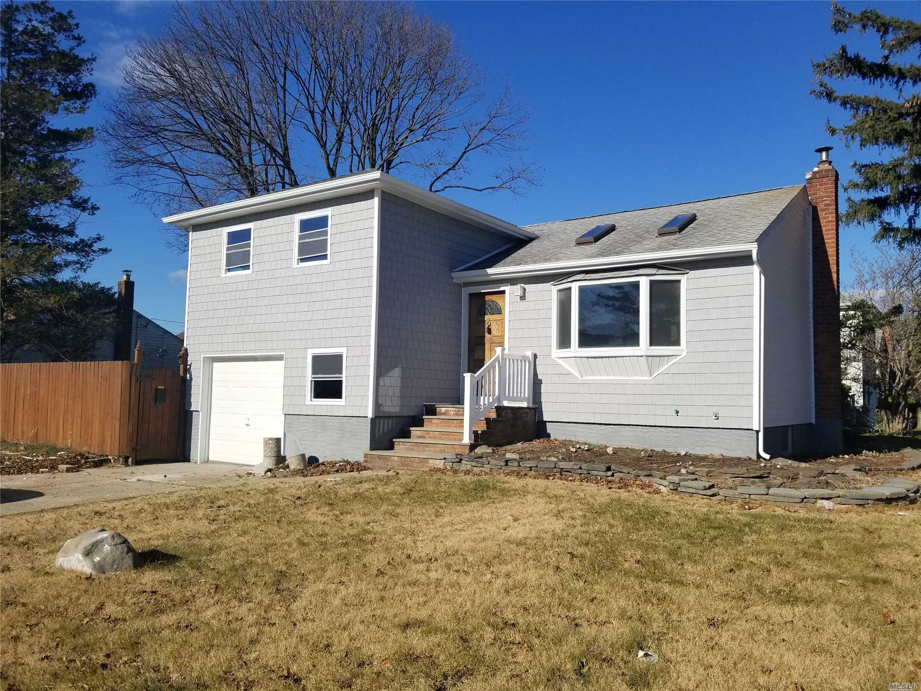 Photo of home for sale at 4 Ford Dr, Massapequa NY
