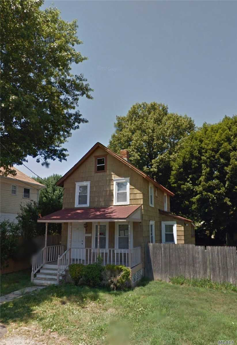 Photo of home for sale at 20 Valentine St, Glen Cove NY