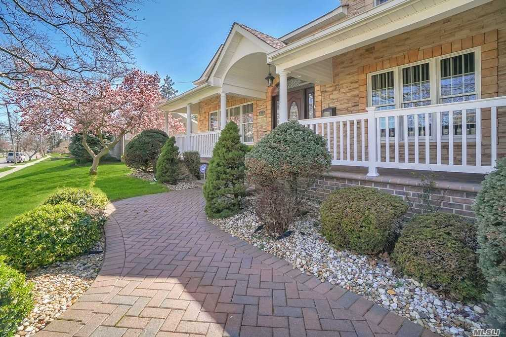 Photo of home for sale at 82 Harbor Ln, Massapequa Park NY