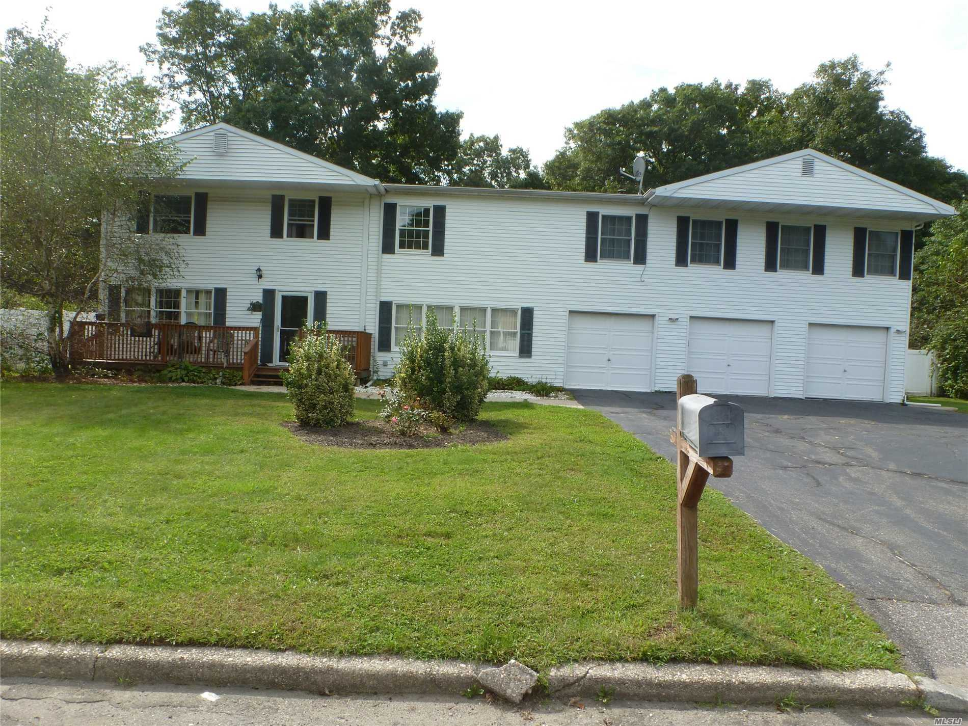 Photo of home for sale at 74 Westcliff Dr, Mt. Sinai NY