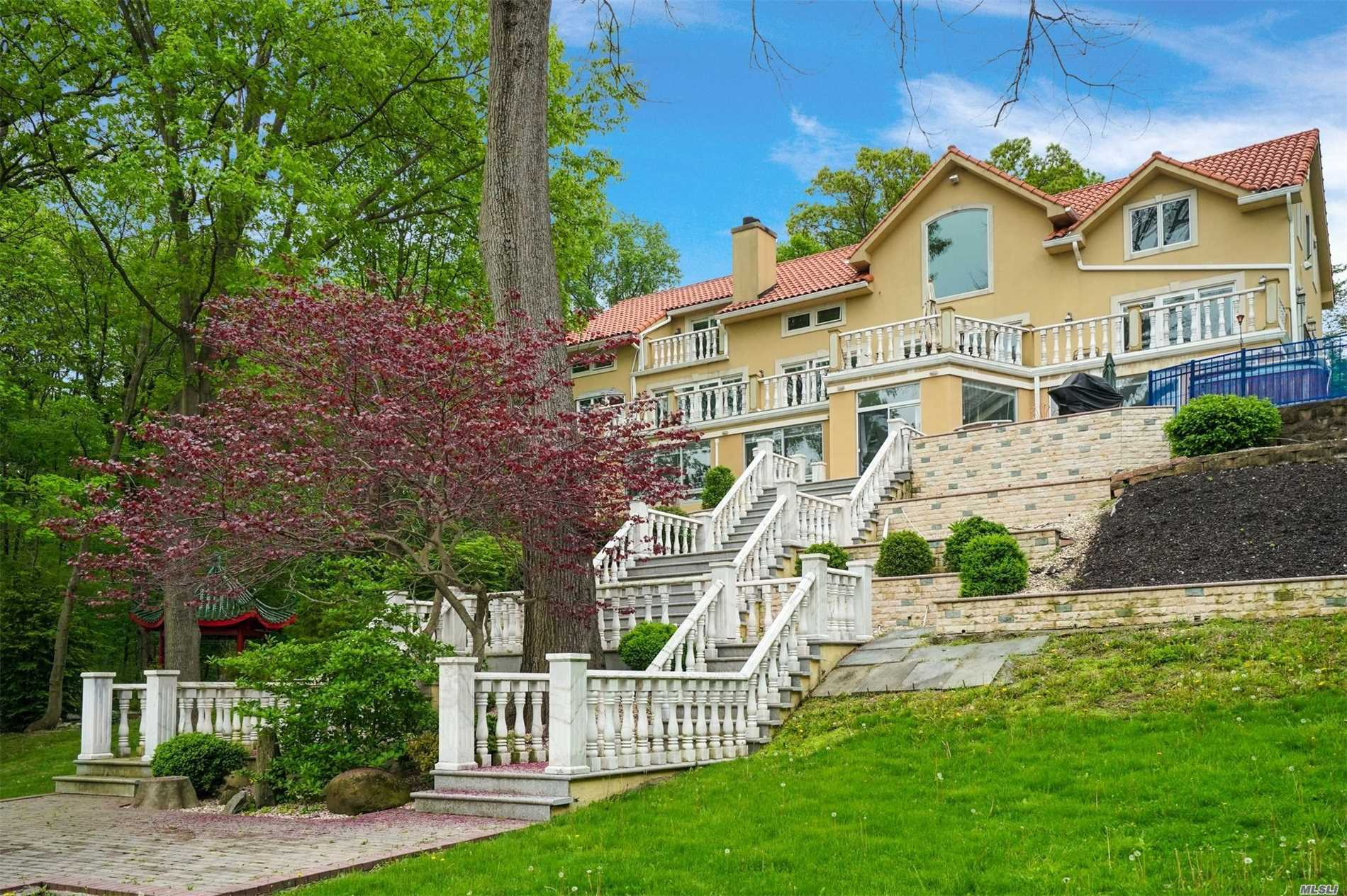Photo of home for sale at 15 Hoffstot Ln, Sands Point NY