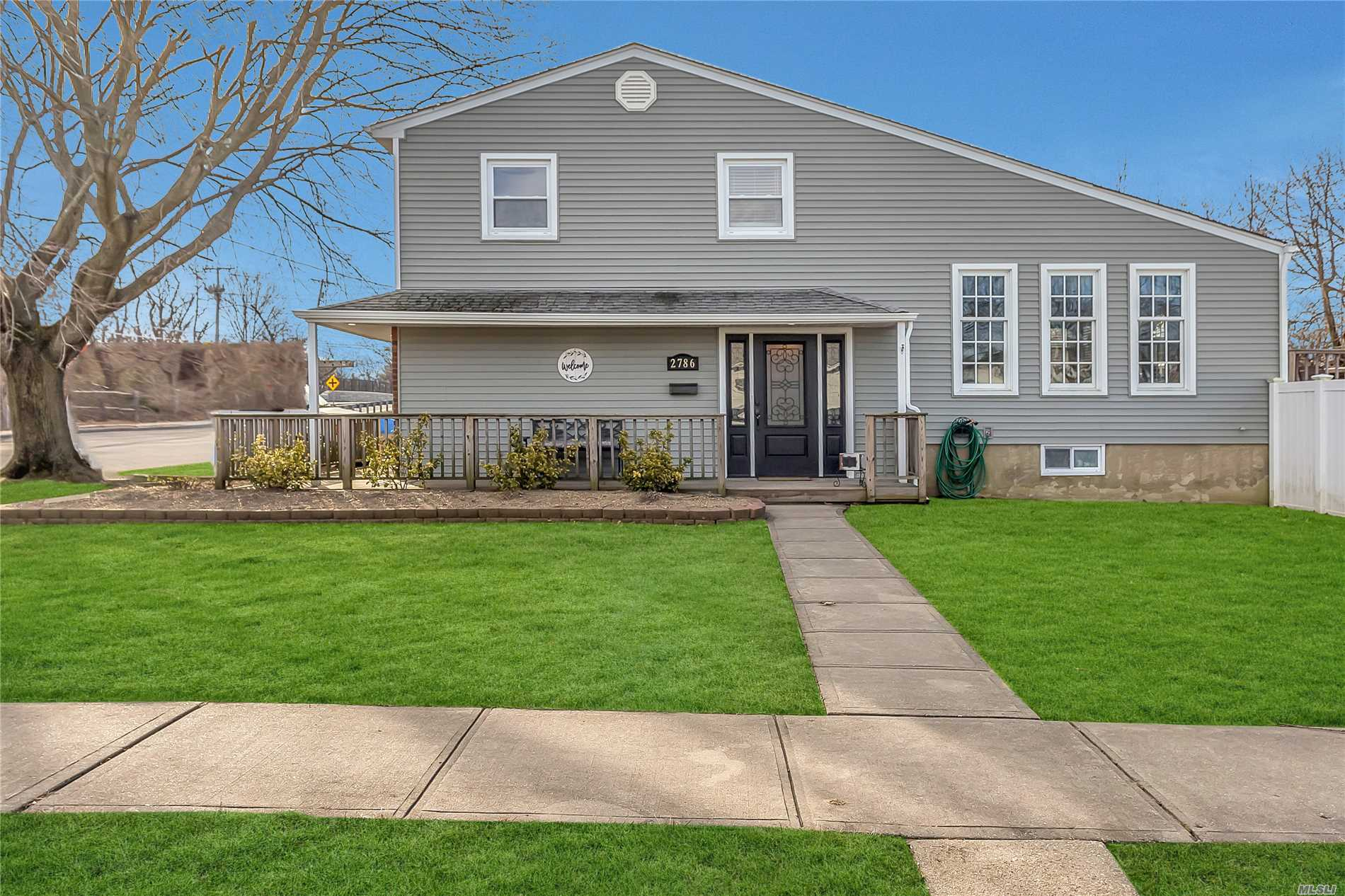 Photo of home for sale at 2786 Ravine Pl, Bellmore NY
