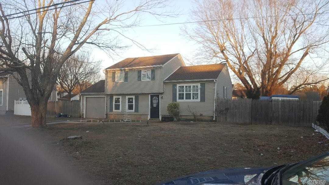 Photo of home for sale at 721 Americus Ave, East Patchogue NY