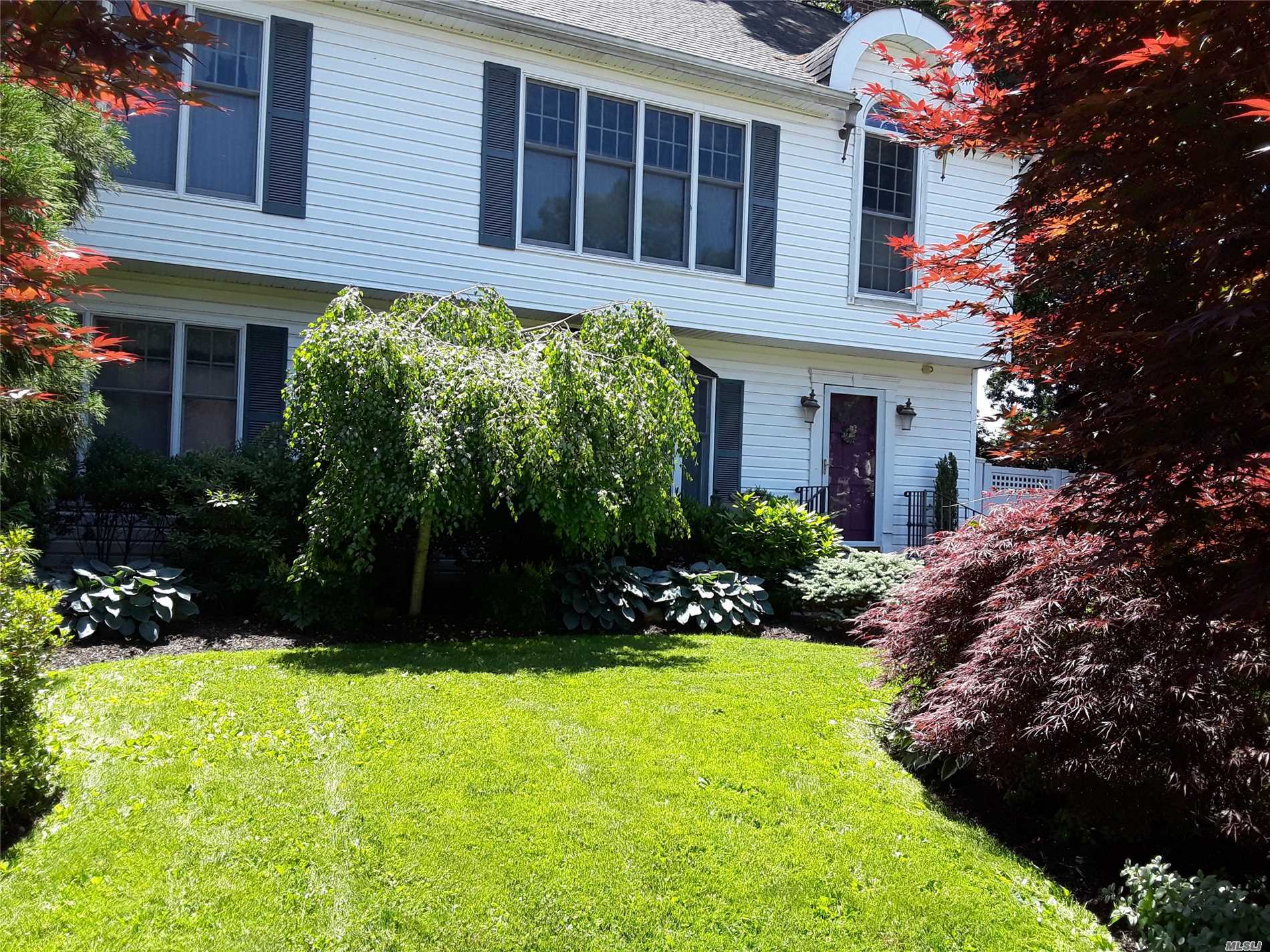 Photo of home for sale at 58 Hawthorne St, Massapequa NY