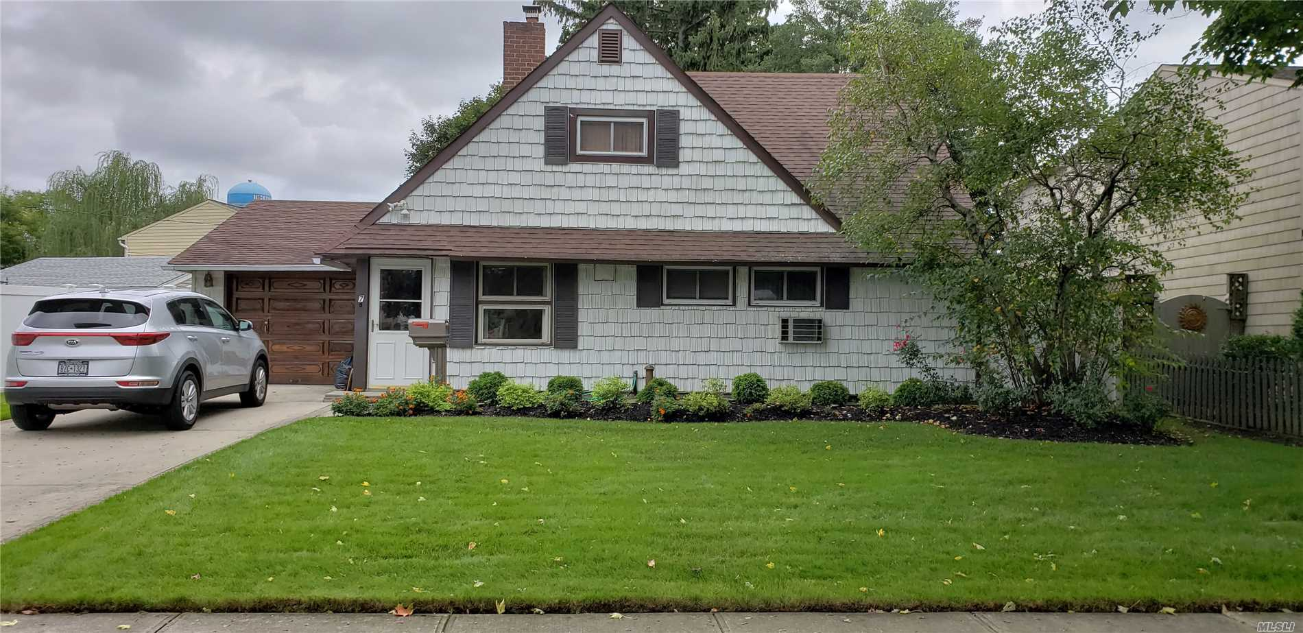 Photo of home for sale at 7 Hemp Ln, Hicksville NY