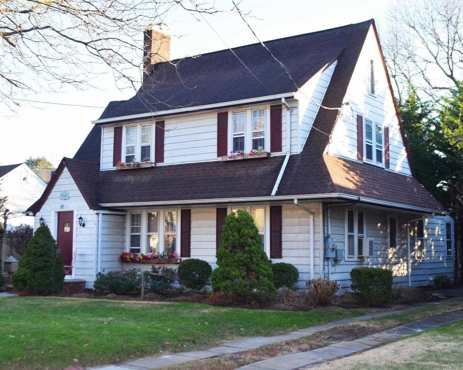 Photo of home for sale at 16 Patten Ave, Oceanside NY