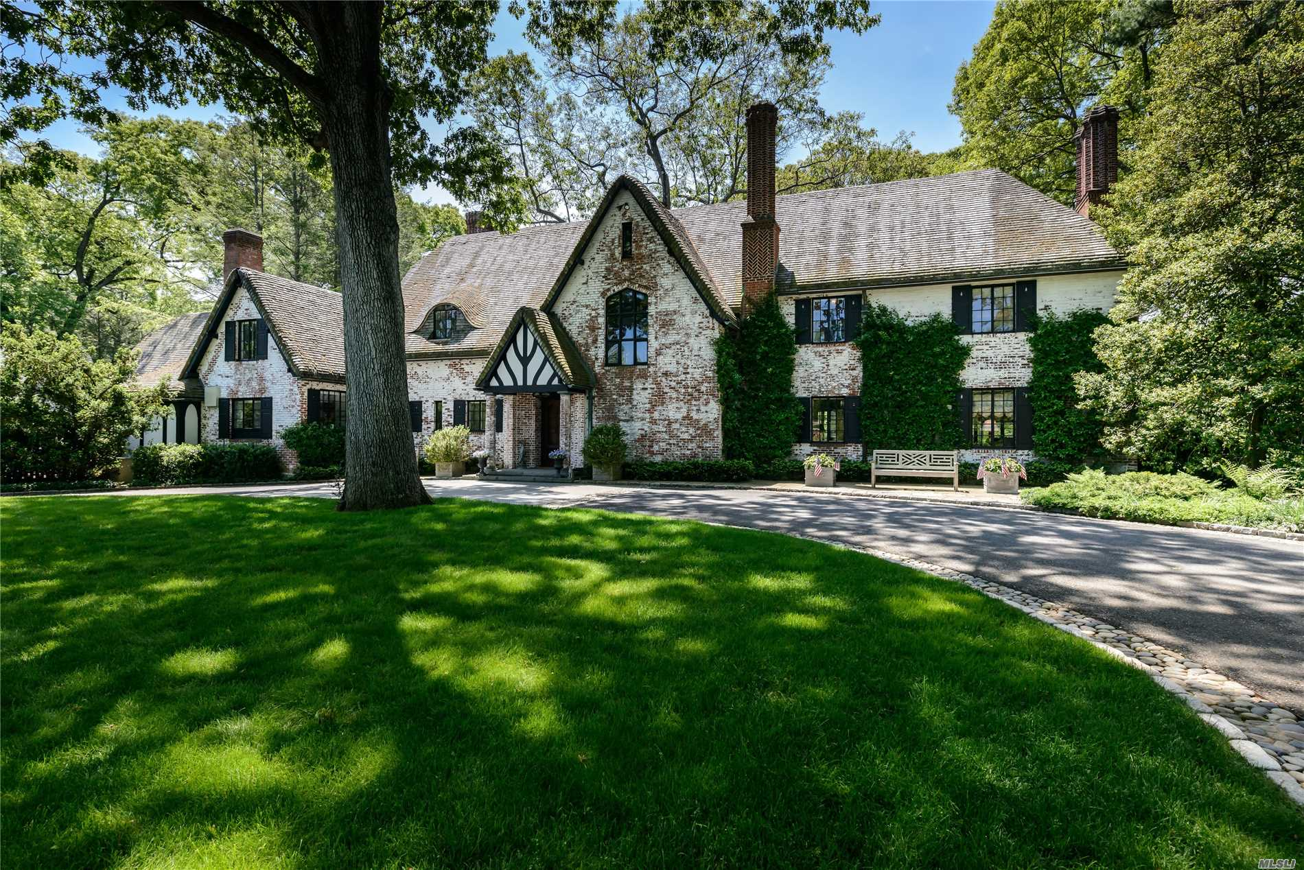 Photo of home for sale at 180 Piping Rock Rd, Locust Valley NY
