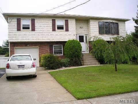 Photo of home for sale at 217 Clocks Blvd, Massapequa NY