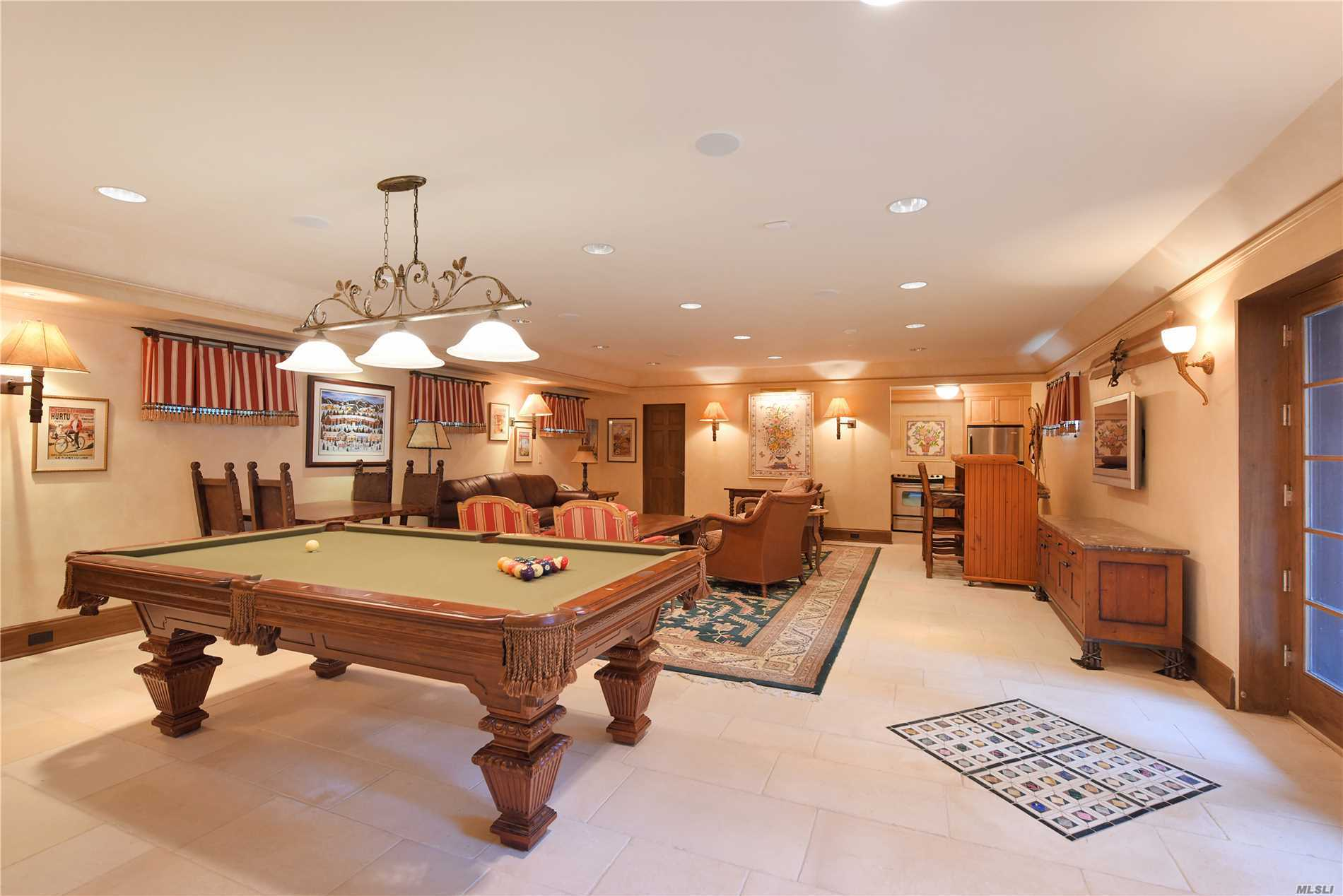 Photo of home for sale at 10 Hemlock Dr, Great Neck NY