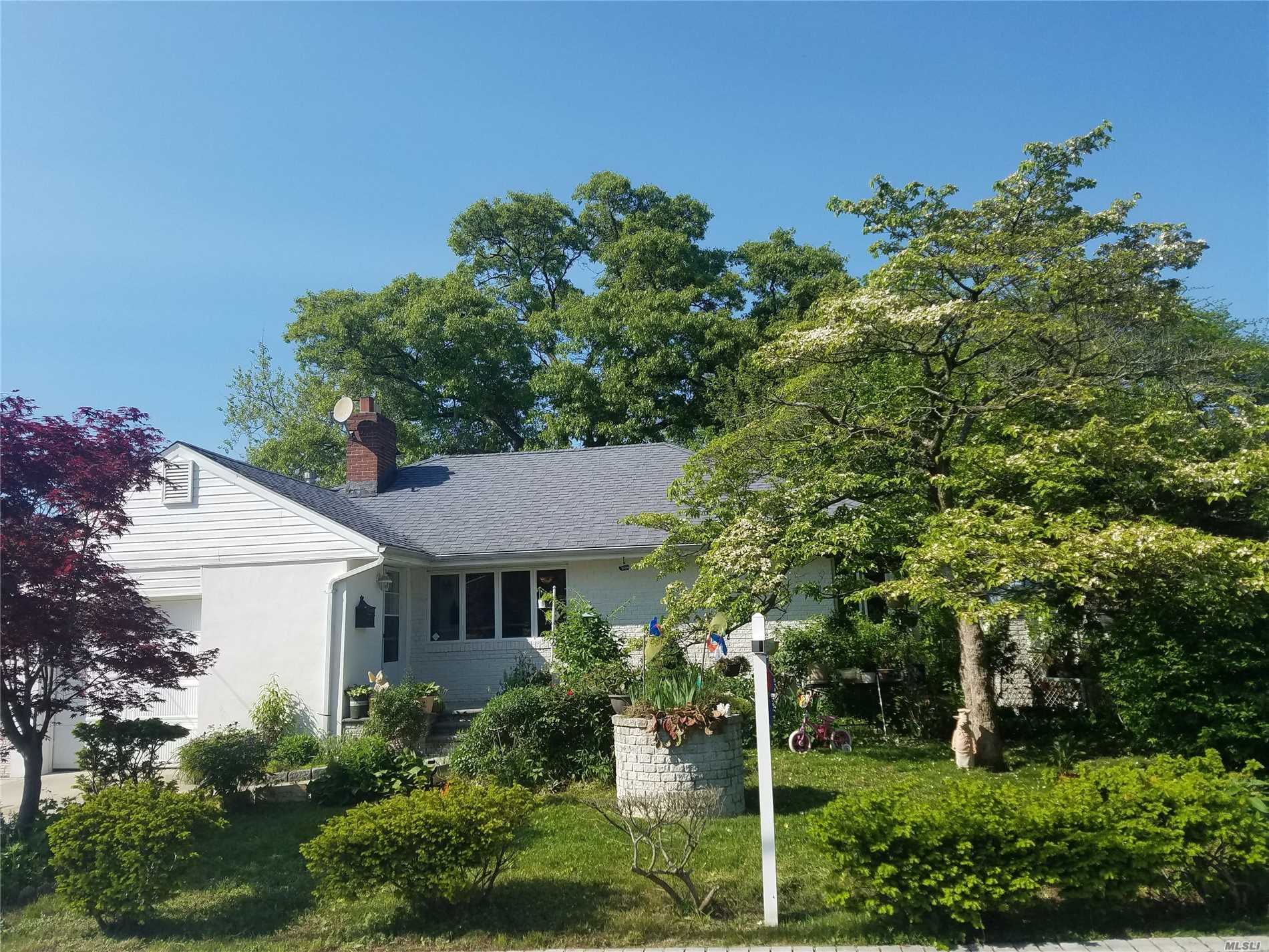 Photo of home for sale at 1345 Thompson St, Valley Stream NY