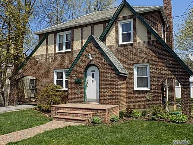 Photo of home for sale at 40 Meadowbrook Rd, Hempstead NY