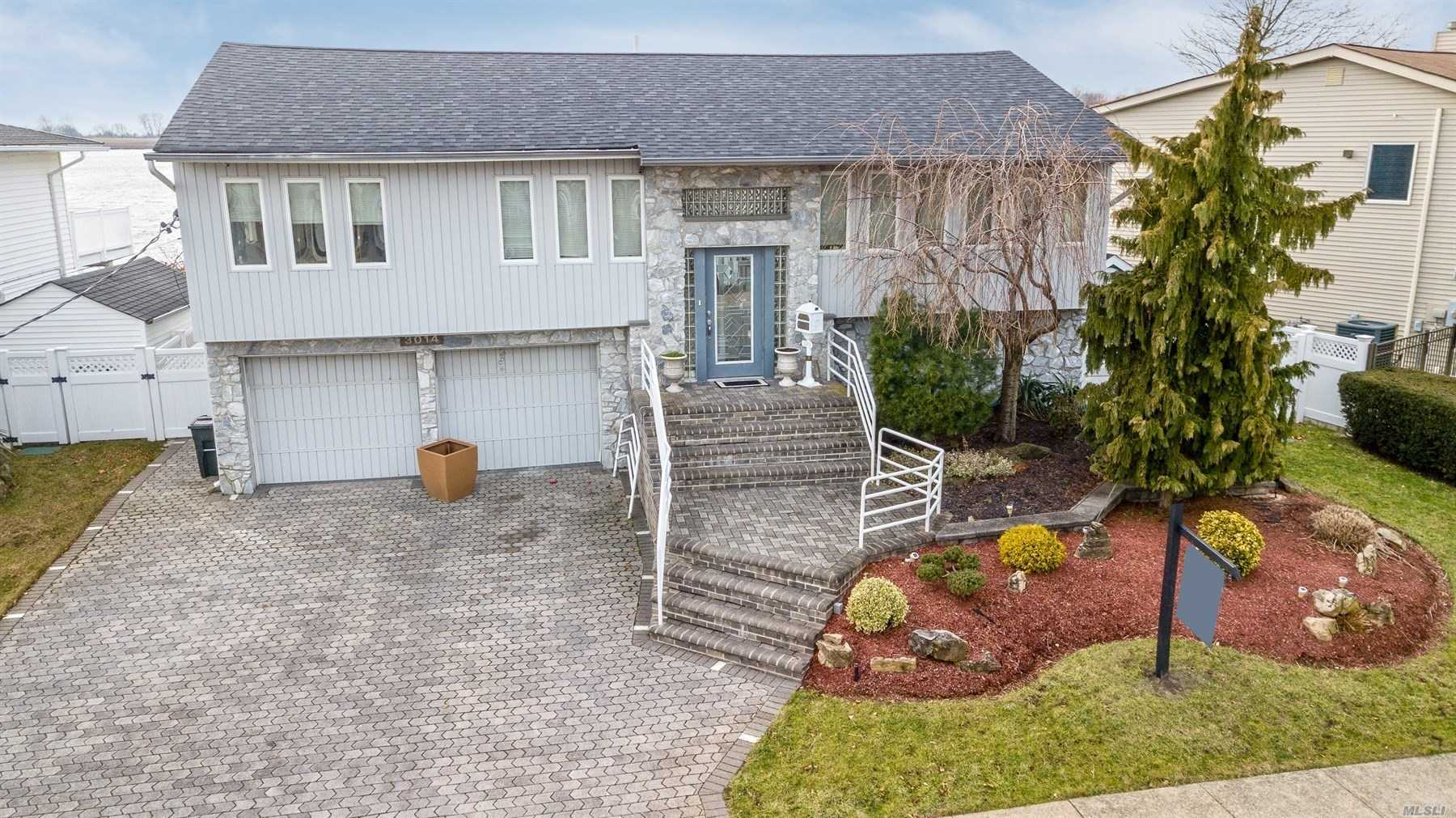 Photo of home for sale at 3014 Clubhouse Rd, Merrick NY